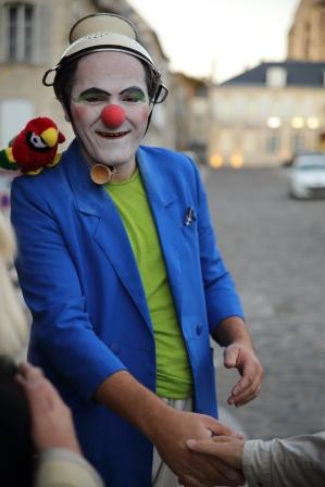 Il y a des clowns et des vrais gens.
